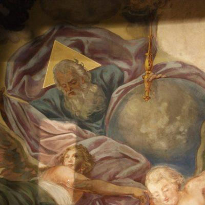 Fragment malowideł S. Stroińskiego z przedstawieniem Boga Ojca adorowanego przez anioły w trakcie usuwania przemalowań.