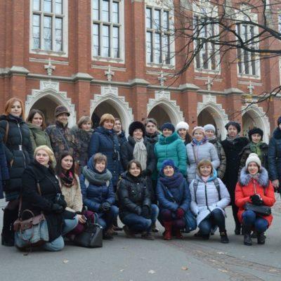Uczestnicy kursu przed Uniwersytetem Jagiellońskim