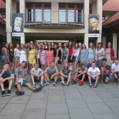 uczestnicy wakacyjnego obozu  przed Liceum Ogólnokształcącym w Piekarach