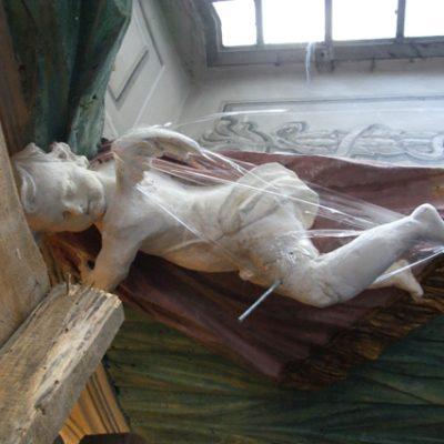 Fragment sztukaterii w trakcie konserwacji