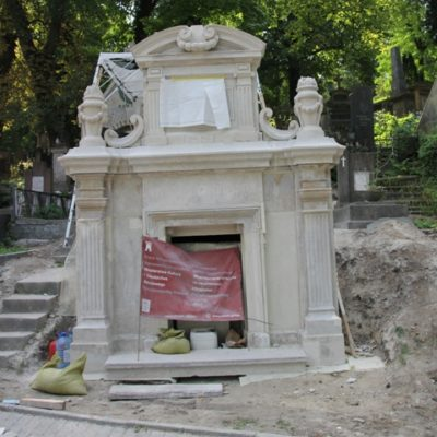 Grobowiec O.O. Karmelitów na Cmentarzu Łyczakowskim we Lwowie w trakcie prac remontowo-konserwatorskich