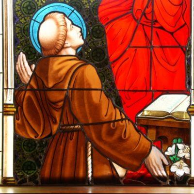 """Witraż """"Wizja św. Antoniego"""" część środkowa po konserwacji"""
