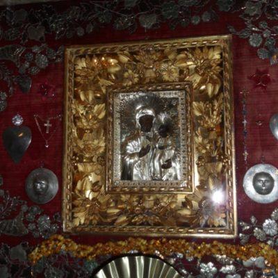 Dolny obraz Maryi z Dzieciątkiem ze srebrnymi wotami